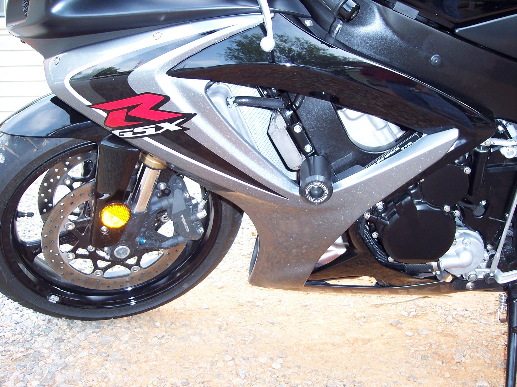 Suzuki Gsxr 600 >> SBN Tests Motovation No Cut Frame Sliders For The 2006 ...